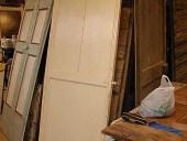 La porta verniciata a smalto prima del restauro.