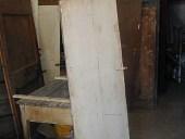 La piccola porta vecchia prima del restauro