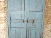 La porta antica collocata nell'interno nella vista anteriore