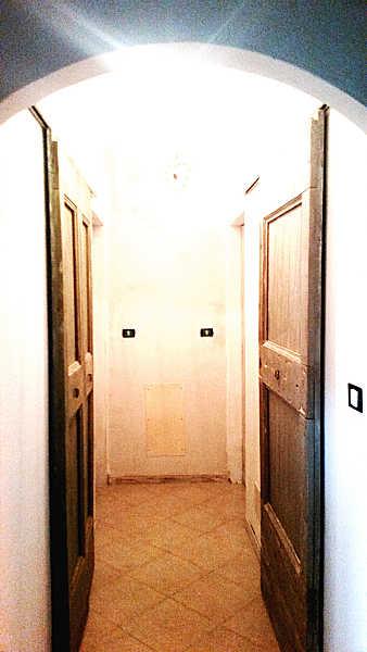 La porta vecchia restaurata e collocata come porta vecchia scorrevole