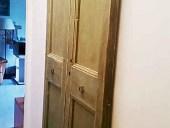 Vecchia porta restaurata collocata come scorrevole