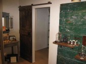 La porta antica restaurata scorrevole aperta