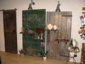 La porta vecchia scorrevole montata e collocata nel negozio