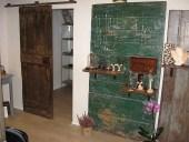 Porta vecchia laccata scorrevole restaurata e parzialmente aperta