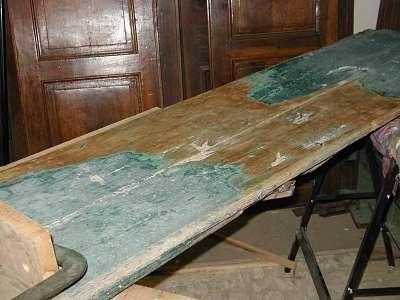 Il Portone Antico durante il decapaggio(rimozione strati di vernice).