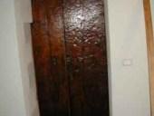 Portone Antico esterno(vista retro) del ' 700, collocato per arredare l'interno.