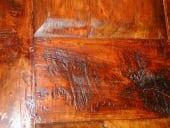 Dettaglio del traverso con i solchi lasciati dalla sega a mano adoperata per segare le tavole.