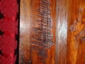 Dettaglio dei solchi lasciati nel legno dalla sega a mano adoperata per segare le tavole.