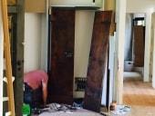 La porta rustica nella fase di preparazione della nicchia murale