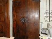 Il portoncino antico rustico restaurato nella vista posteriore