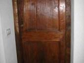 La porta vecchia in abete, restaurata e collocata.