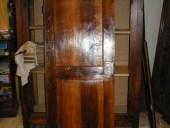 Piccola porta antica in noce nazionale durante la inceratura a mano.