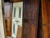 Altra vista piccola porta antica in pioppo.