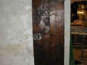 Piccola porta vecchia fatta a mano.