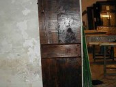 Porta vecchia di stalla; piccola porta vecchia rustica restaurata fatta a mano.