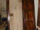 Porta vecchia fatta a mano prima del restauro.