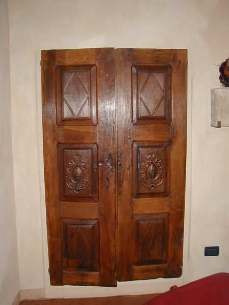 1)Porta antica intagliata.