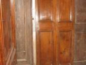 3)Vecchia e piccolissima porta in noce a due battenti.