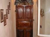 Antica porta in noce bugnata, restaurata.