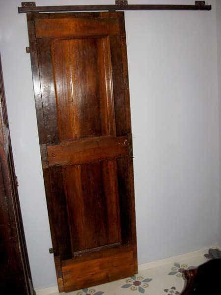 La piccola porta antica diventata scorrevole, chiusa