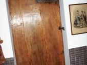 Porta antica scorrevole vista dall'interno del bagno