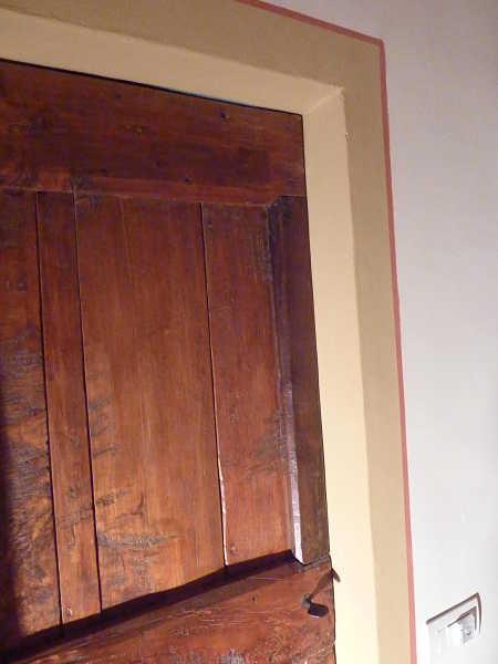 Dettaglio porta antica rustica e contorno porta.
