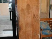 Vista posteriore porta vecchia in pioppo.