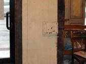 Piccola porta antica prima del restauro