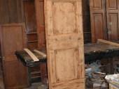 Piccola porta antica decapata.