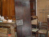 Piccola porta antica restaurata.