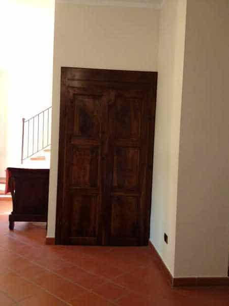La Porta antica restaurata e collocata come chiusura di un sottoscala