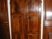 Altra vista della porta in noce nazionale.