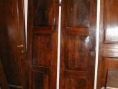 Vista posteriore della porta in noce.