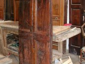 Porta antica restaurata nella vista frontale.