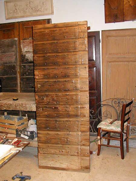 Vista anteriore della porta antica finita.