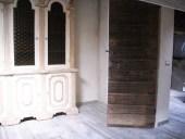 Altra vista della porta antica ad anta unica collocata.