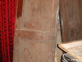 Vecchia porta rustica nella vista anteriore