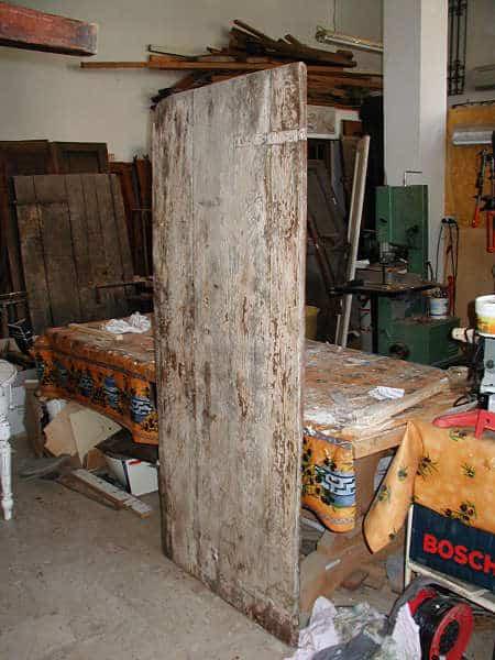 La porta prima dell'intervento di restauro