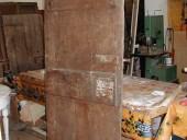 Vista posteriore porta fatta a mano in castagno