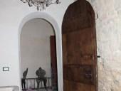 Vista dall'interno della porta rustica fatta a mano restaurata