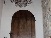 Vista interna della porta antica rustica chiusa