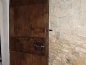 Altra vista porta rustica fatta a mano restaurata lato esterno aperta verso l'interno