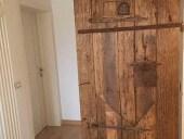 La porta restaurata e collocata, posteriormente