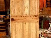 Porta rustica antica dopo la sola pulitura nella vista interna