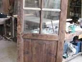 Porta antica durante l'intervento di restauro