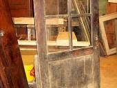 Antica porta di legno con vetri, in noce nazionale