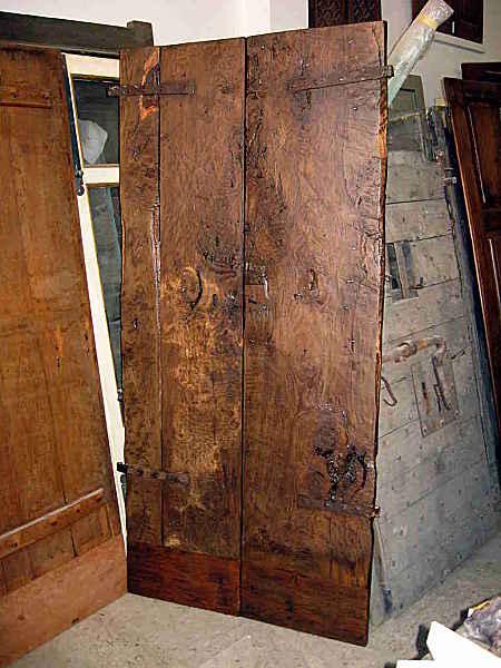 Portoncino antico restaurato nella vista posteriore