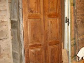 Porta antica in noce vista esterna