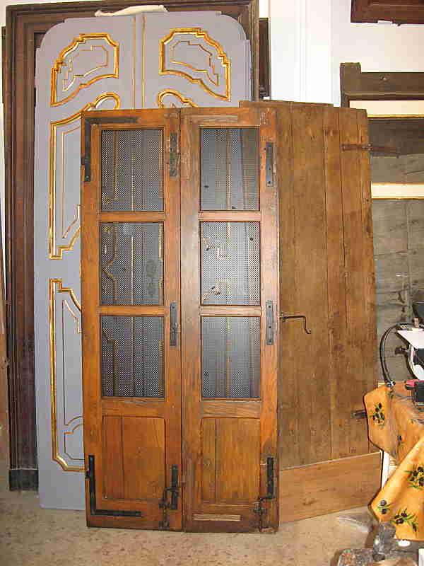 Porta antica per ambienti moderni restaurata.