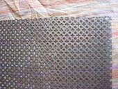 La rete in acciaio dipinta nera che sostituirà i vetri